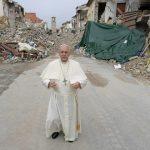 Papa cumpre promessa e visita de surpresa região do terremoto na Itália