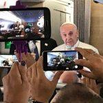 Durante voo para Colômbia, Papa saúda jornalistas
